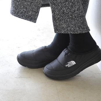 「ザ ノースフェイス」のミュールは、スニーカーに近いクッション性で歩きやすい本格派。すっぽり履ける手軽さと、足元を優しく包み込むあたたかさが魅力で、一度履いたら虜に。どんなコーデにも合わせやすい、すっきりと洗練されたフォルムも◎。