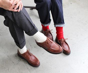 靴下の産地、奈良県の工場で丁寧に作られている国産ソックス。上質なウールを使っており、ウール特有の不快なチクチクもなく、軽くてふかふかな履き心地です。ムレ感が少ないのも◎。ベーシックカラーから赤やブルーなどの明るめカラーまで、色違いでセットにしてプレゼントするのもいいですね。