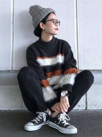 ニット帽+まとめ髪はすっきりコンパクトな印象に。マフラーやボリュームニットとも好相性ですね◎