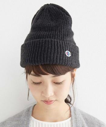 ニット帽は、普通~浅めにかぶるのがおすすめです。やや浅め