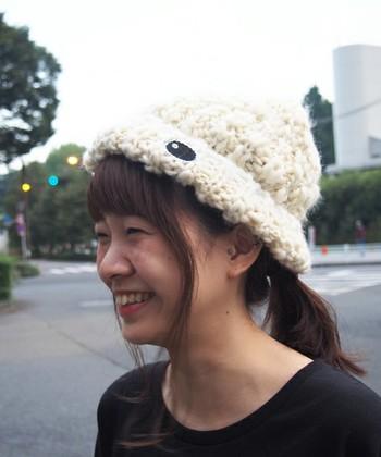 シンプルなローポニーテールですが、ニット帽から前髪と後れ毛を出すことでキュートなスタイルに。少しだけ変化をつけたいときにおすすめです♪