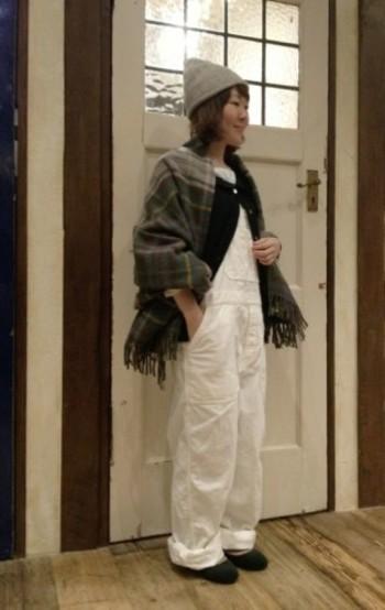フェルトっぽい素材がこの時期らしいスリッポン。ニット帽やストールも投入し、真っ白なオーバーオールを冬仕様にスライドさせてあげましょう。