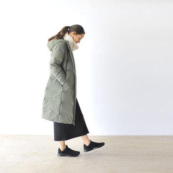 オフにぴったりのフード付きキルティングコート。そのテンションを壊さぬよう、足元はスニーカー風のスリッポンで。ボトムをロングスカートにすれば、ラフな着こなしに落ち着き要素がプラスされます。
