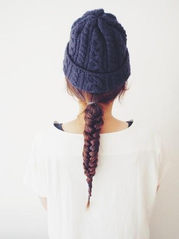 """フィッシュボーンは、三つ編みよりも大人っぽい雰囲気に仕上がります♪日本語訳の通りまるで""""魚の骨""""のよう。ローポニーに束ねた後、まっすぐになるようしっかり編み込んでいます。"""