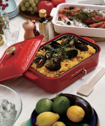 ホットプレートは食卓調理の優等生!なかでも「BRUNO(ブルーノ)」は美しいデザイン性を備えながら、焼く、煮る、蒸す、保温調理もできる、ひとつ持っておくとイザという時重宝する調理家電です。シズル感たっぷりにジュージュー調理すれば、プレートを囲む仲間同士で盛り上がれること間違いなし♪「ブルーノ」を使ったアレンジレシピをご紹介します。