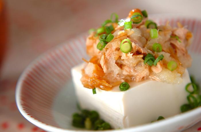ボリュームもあってローカロリーな素材、「きのこ」を使わない手はありません。 「ナメタケ」を「ツナ」と「大根おろし」で和えて。  すでに味がついている「ナメタケ」や「ツナ」は、淡泊な豆腐と好相性。つるんと美味しくいただけます。