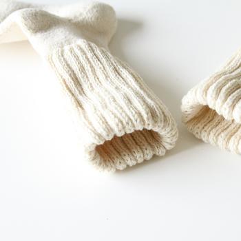 お布団に入っても足が冷たくて眠れない…そんな夜も益久染織研究所のおやすみソックスがあれば大丈夫。機械ではなく糸車を使ってつむいだ糸を使って編んだ靴下は、頬ずりしたくなるほどの柔らかさ。
