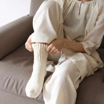 履き口のゴムは最低限だから、ストレスなく朝まで履いていられる心地よさがやみつきになる逸品です。手つむぎ独特の糸の太さのムラや凹凸は、吸湿性や保温性を高めておやすみ前の足先をあたためてくれます。