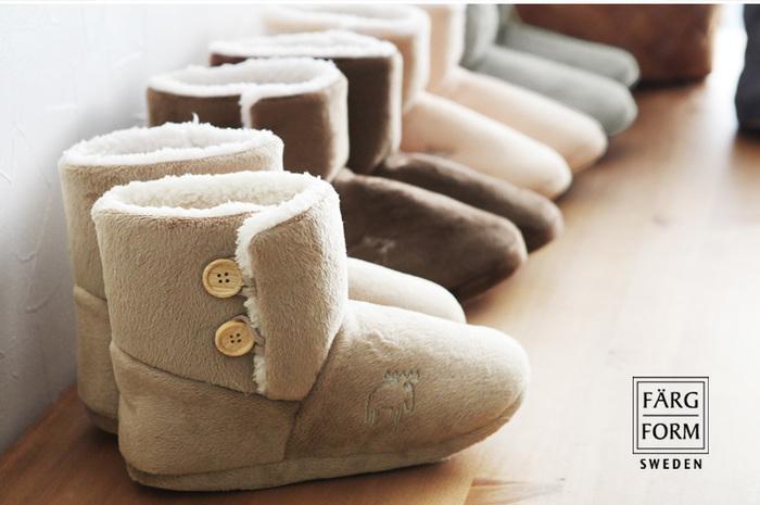 スウェーデンのインテリアメーカー「FARG&FORM」が手掛ける「moz」のルームシューズは、まるでブーツのようなふかふか感。見た目からもあたたかさが伝わってきます。内側はもこもこのボア素材でフィット感があります。歩いても脱げにくいので、熱を逃さずキープ。