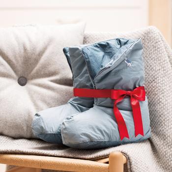 スウェーデン王室もご用達のダウン専門ブランド「エングモ・デューン」のダウンソックスは、中身にダウン80%とフェザー20%が使われている何とも贅沢なアイテム。爽やかなブルーが、寒い冬の日をぱっと明るくしてくれそう。