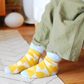 北欧っぽいカラフルでユニークなデザインもステキ。ルームソックスとしてはもちろん、そのままお出かけだってOK。あったかくておしゃれな靴下を1足持っていると大活躍しそう。