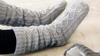 滑り止めがついているので、スリッパのような感覚で履けるのも便利ですね。ゆったりと編んであり長さもあるので、くしゅっとルーズに履くのも可愛いですね。