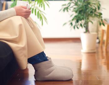 中綿には、特殊セラミックを練りこんだウォームアシスト(赤外線・保温効果に優れた素材)を使用。フローリングにいる時間が長くても、今までのように足から冷えてくることなく快適に過ごせます。  昼間はもちろん、お風呂あがりの素足に履けばお布団に入るまで足元があったかです。