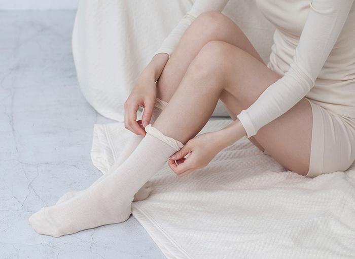 お風呂上がりの体が温かいうちにおやすみソックスを履くと暑くなってしまう…という方もいらっしゃるのではないでしょうか?薄手のソックスならムレもなく快適に過ごせますよ。
