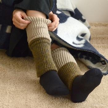 足が冷えるときは、足先だけでなくふくらはぎまでしっかりあたためるのがポイント。すっきり伸ばして履いたり、くしゅっとたるませるように履いたりと、ファッションや気分によって、履き方や色の出方を調整して楽しめますよ。