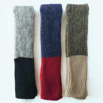 靴下やタイツの上にレッグウォーマーを1枚重ねるだけで、体温がぐっと上がるのを実感できます。おうちでゆっくり過ごすなら、お気に入りのレッグウォーマーを選びたいもの。  「墨」「薄茶」「紅」と名付けられた中川政七商店のレッグウォーマーは、やわらかく上質なモヘアとウールを織り交ぜ、空気を含ませるように表裏2重に編んでいます。ふんわりした履き心地と、チクチクしないやさしい肌触りが最高。