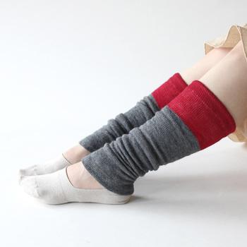 締め付け感は少ないながらも、留めたい部分でフィットしてくれます。グレー×赤色の配色のバランスが大人っぽくてステキ。ひざ上あたりまで伸ばすこともできますし、ゆったりたるませてもおしゃれです。