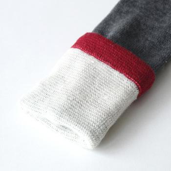 天然繊維のウールとシルクを使ったレッグウォーマーは、冬の乾燥などで敏感になっている足をやさしくあたためてくれます。内側には柔らかくなめらかなシルク、外側は吸放出性と保温性に優れたウールを使用していて、しっとりとしたなめらかな質感。