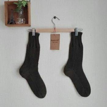 リラックスタイムは足元を締め付けない靴下を履きたいもの。ウール混の靴下はあたたかく、丈もあるのでふくらはぎまでやさしく包み込んでくれます。