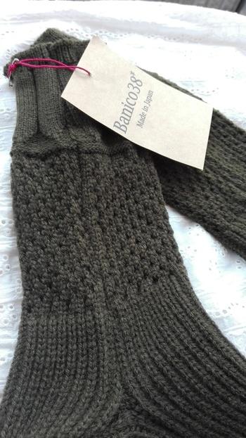 デザイン編みがナチュラルな雰囲気。肌触りが良いので、ルームソックスとしてもお風呂あがりのひとときにもおすすめ。