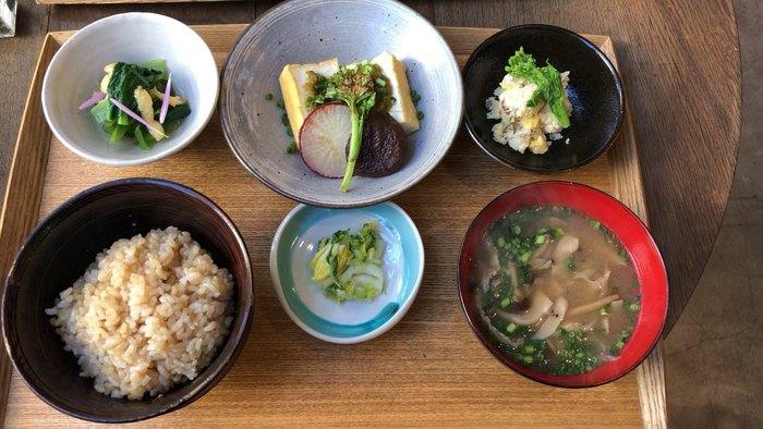 日替わりメニューの名前は「一汁三菜」。その名の通りのお膳です。主菜は豆腐料理、副菜が2品に、たっぷりの野菜が入った味噌汁、そして玄米ごはん。野菜は皮や根っこまで使い、すべての旨味と栄養を逃さないのだそうです。