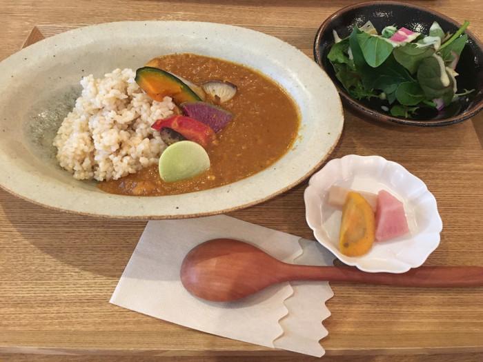 このお店の「季節野菜のカレー」も人気です。根菜類など季節の野菜と、豆を具材に、オリジナルブレンドのスパイスで煮込んでいます。ヘルシーでマイルドなカレーですよ。