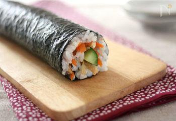巻きすがなくても、きゅうりを芯にして簡単に巻ける巻き寿司。具材がはみ出しそうになったら、手前に引き寄せながら両手で丁寧に巻き込んでいきましょう。