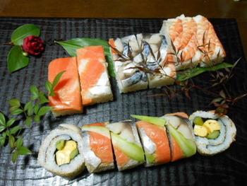 裏巻きした巻き寿司の表面に、さらに海老、サーモン、しめ鯖などを巻きつけた美しくて豪華な巻き寿司。いろいろな具材のおいしさが、一度に楽しめます。写真映えもしますね。
