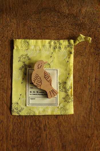 あたたかみのあるデザインが素敵な、「si si si」の木製鳥ブローチ。ナチュラルでシンプルなデザインなので、どんなファッションとも合わせやすいですよ。オリジナルのきんちゃく袋とセットになっているので、プレゼントにもおすすめです。