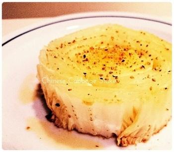 白菜の内側を豪快に3㎝くらいにカットして、ステーキに。ゴマ油と塩コショウでシンプル仕上げて、白菜の甘味を味わってみてくださいね。