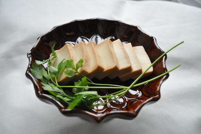 「絹ごし豆腐」を丸1日「味噌」に漬ければ、まるで「チーズ」のような深みのある味わいに。  「ジップロックの袋1つ」で「漬け込み」できてしまう手軽さも魅力です。 前日に漬けておいて、当日はスライスするだけ♪