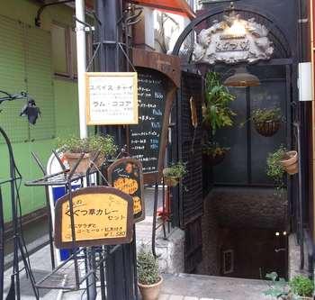 非日常への扉のような…そんな入り口です。昭和54年にオープン。38年の年月が重厚な看板にもあらわれています。