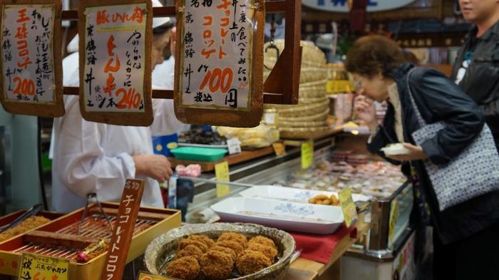 【『チョコレートコロッケ』で有名な「京錦 井上」の店頭には、旬の素材を用いた色とりどりの惣菜が並んでいます。】