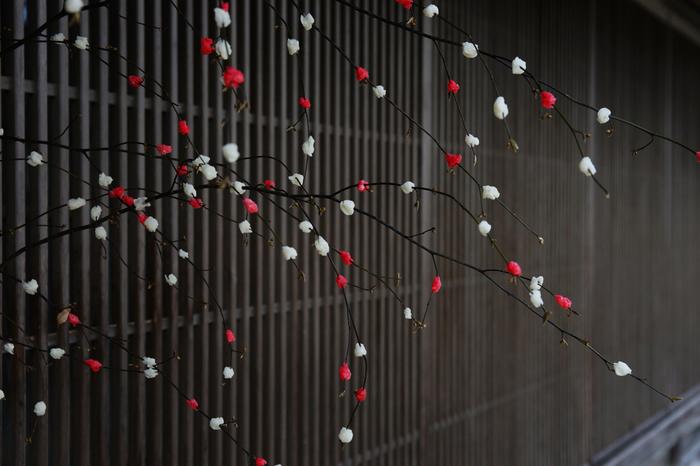 稲穂の垂れる形に作る「稲の花」やお正月飾り「花餅(はなもち)」など、餅花は地域によって飾る時期や場所も異なります。