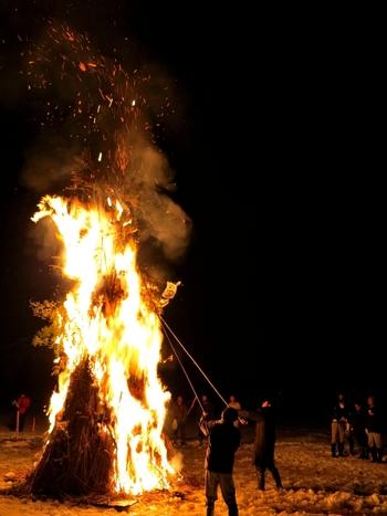 「左義長の火で体を暖めると、丈夫で長生きする」「左義長の残り火でお餅を焼いて食べると無病息災で過ごせる」などといわれています。