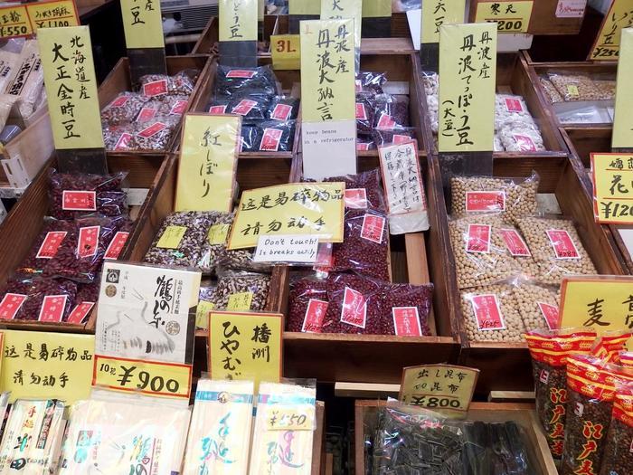 【丹波産の最高級豆を扱う店としてよく知られる「椿屋」の店頭。『丹波大納言小豆』の他、全国の美味しい豆や、粟や黍と雑穀、製菓材料が取り揃えられています。】