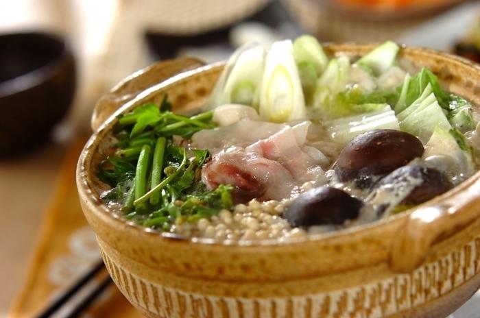 """冬野菜のせりをたっぷりと使った""""みそ鍋""""は、しいたけ、えのき、白菜…とお野菜たっぷり!シャキシャキのお野菜で、さっぱりとあと引く美味しさです。"""