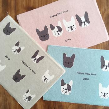 2018年の干支は戌(いぬ)。手漉き和紙にほのぼのとしたフレンチブルドックの年賀状。あたたかさが伝わってきますね。