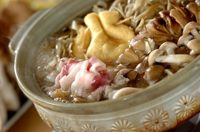 """ゴボウの旨みがたっぷりとスープに溶け込んだ""""豚ごぼう鍋""""。豚肉とゴボウの相性は抜群です。ごぼうやキノコのシャキシャキっとした食感が楽しめる味わい深いお鍋です。食物繊維もたっぷりなので、体にもとっても良さそう!"""