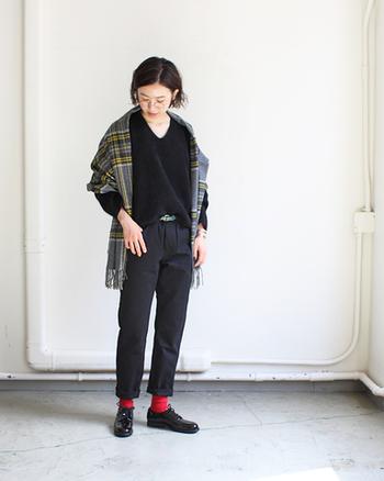 ブラックとベージュの2色展開で、ブルーデニムとは雰囲気の違う上品なスタイリングも得意。全身ブラックでまとめて、真っ赤な靴下、グリーンのベルト、イエロー×グレーのストールなど小物で色を足していく楽しさをぜひ味わってみてくださいね。