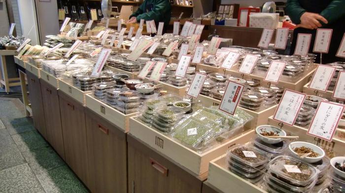 【昆布や山椒の佃煮やふりかけが並ぶ「京こんぶ千波」の店頭】