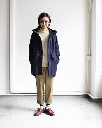 ベージュのパンツ×ニットのナチュラル感たっぷりのコーデにボタンを留めずにさっと羽織って。コートのネイビーが全体をきゅっと引き締めてくれます。ロールアップしたパンツの裾からのぞく靴下のラインも可愛いアクセントに。