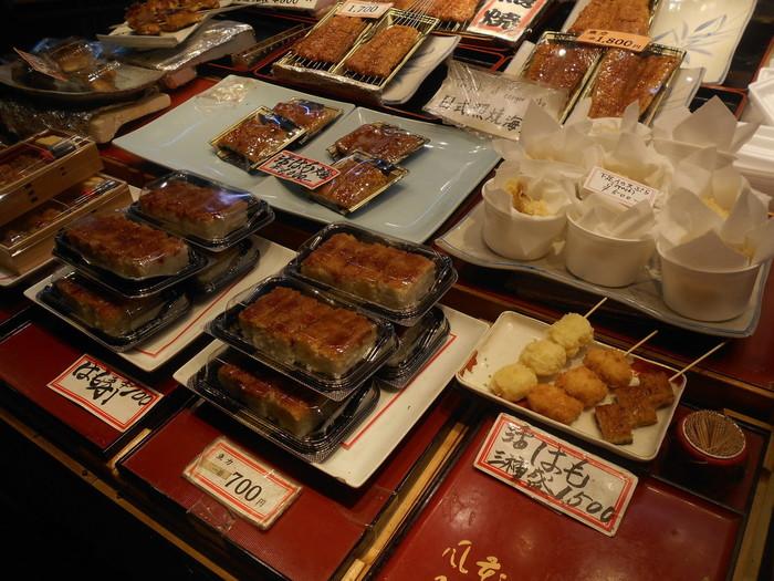 【1919年創業の老舗焼き魚専門店「魚力」の店頭には、人気の鱧焼きとともに『鱧寿司』も並んでいます。】