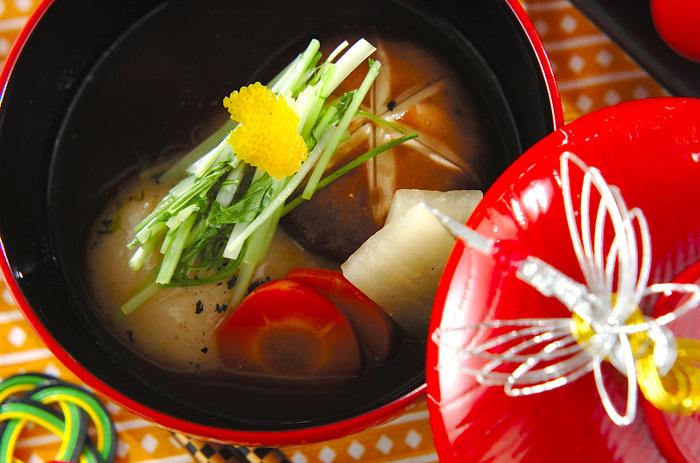 鶏もも肉、大根、人参、しいたけが入ったお雑煮は、しっかりした味付けでお腹も満足。彩りに水菜、香りづけにユズ皮を添えて。