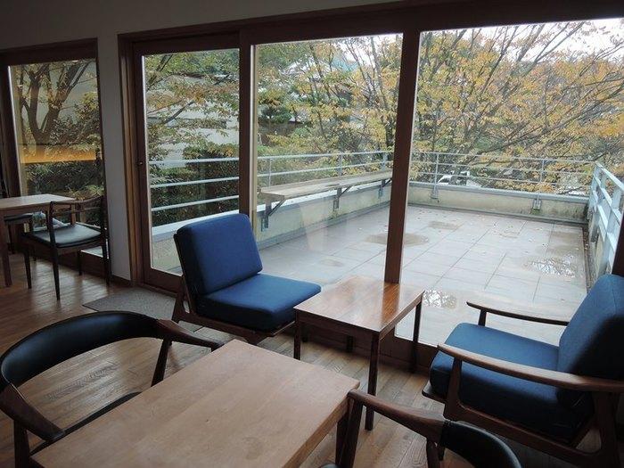 2階席は、窓からの自然の眺めが最高です。自然から四季の移ろいを感じ取るゆったりとした時間を過せば、なんだか嫌なことも忘れられそう。特に夕陽が差し込んでくる夕暮れどきの利用がオススメです。