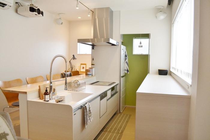キッチンの調理台の上はできるだけ広く開けておくことで、スムーズにお料理を作ることができるようになります。細々としたものを出しっぱなしにしておくと、油汚れも付きやすくなりますし、お掃除が大変になってしまいますよね。