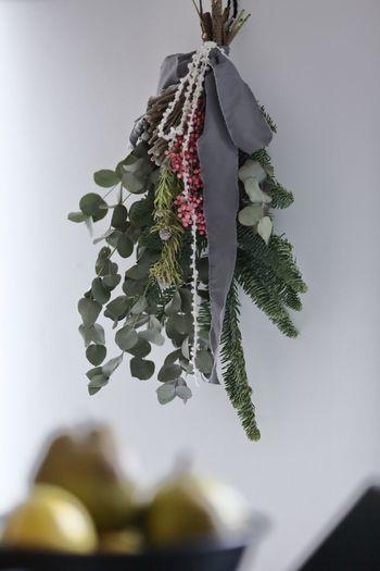 観葉植物も悩みの種のひとつ。小さい子供の場合、土をいじったり、葉っぱや土を口に入れていたりなんてことも。  壁は面積も広く、インテリアを楽しめる格好の場所。スワッグやリースを高い位置に飾るのはいかがですか? 季節を感じられて、そばを通るときに、さりげなく感じるフレッシュな香りにも癒されますよ。