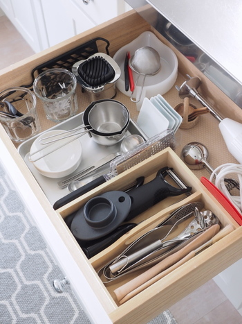 さまざまなかたちの調理器具は、きれいに収まる場所を定位置として作ってあげることが重要です。ぎゅうぎゅう詰めにせず、余裕を持たせて入れることが取り出しやすくするポイント。