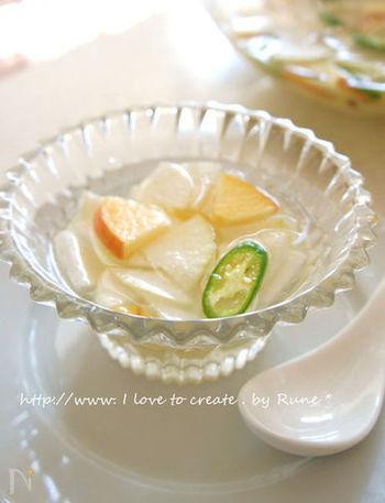 青唐辛子はお好みでどうぞ。さっぱり&彩りきれいな水キムチ。リンゴは皮つきのまま使うのが栄養価も高くおすすめです。