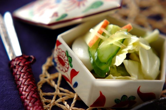 「水キムチ」とは、唐辛子を使わない、辛くないキムチのことです。 辛くなくてさっぱりと美味しいだけでなく、水キムチは植物性乳酸菌がとっても豊富で、健康面だけでなく美容効果もあると言われています。